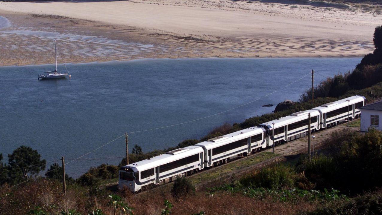 Imagen de archivo del tren, a su paso por la estación de O Barqueiro, en el municipio de Mañón