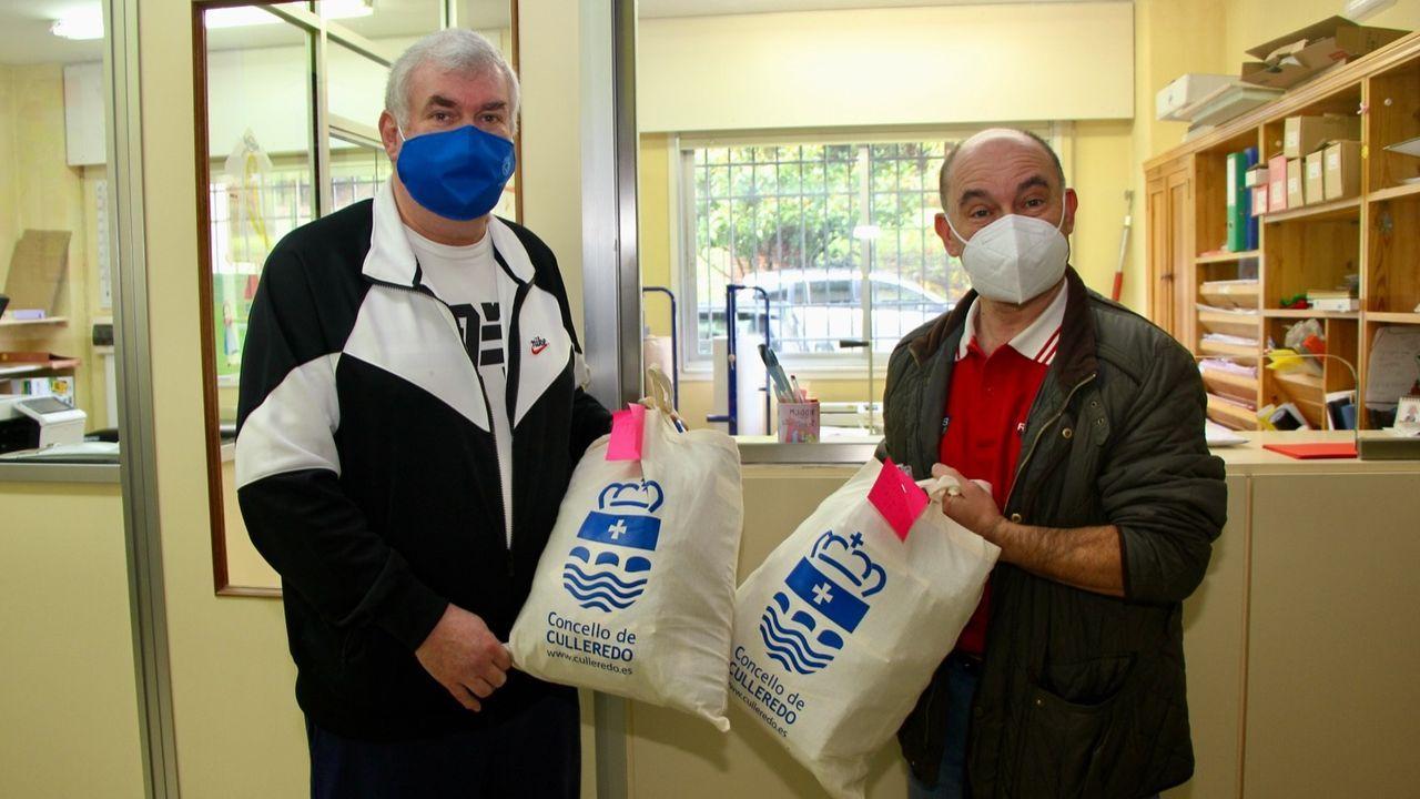 El trabajador municipal Javier Gago entrega mascarillas al director del IES Sofía Casanova, Juan Platas