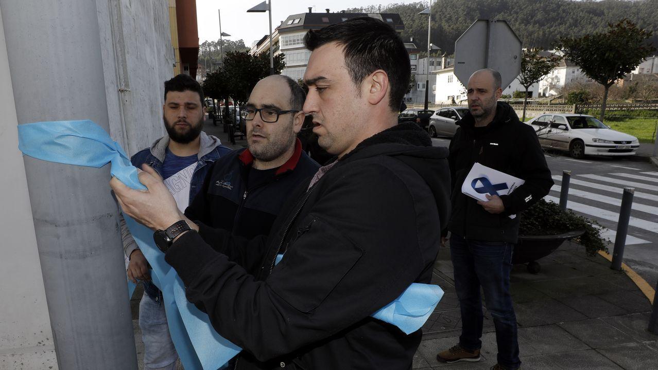 alcoa.El comité de Alcoa en San Cibrao colocó lazos azules en Xove para reclamar apoyos al sector