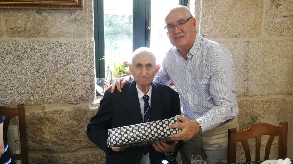 Manuel Rial, a la izquierda, junto con el actual regidor de A Lama, Jorge Canda, en un homenaje que le hizo el gobierno local