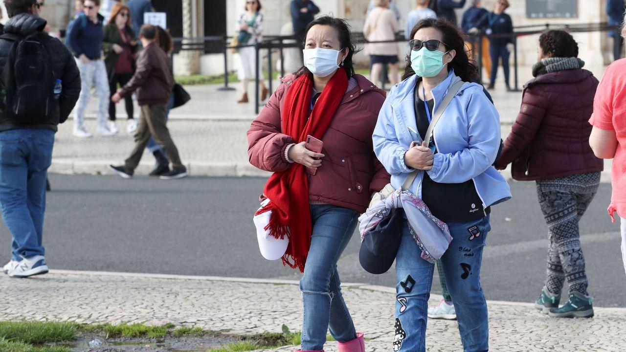 Mujeres con mascaraillas en Lisboa