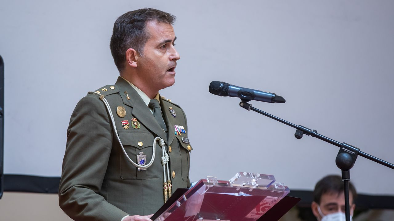 El teniente coronel Fernando Enseñat Berea, de A Coruña, cantó en el homenaje a ls víctimas del covid-19 de las Fuerzas Armadas