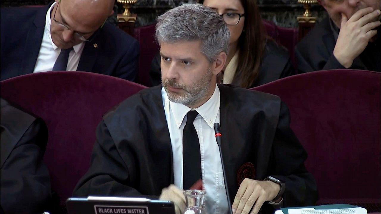 Ana Cedeira, comite de oficinas de Ence .Un comisario desconcierta al abogado de Junqueras. Andreu Van den Eynde se mostró sorprendido ayer cuando un comisario se refirió a él como mediador en un colegio el 1-O. Incómodo, el letrado miraba hacia los lados con media sonrisa y gesto de incrédulo cuando el testigo comentó que un agente le entregó el auto que indicaba que la policía debía de impedir el referendo ilegal