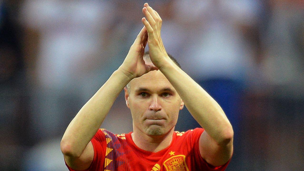 Niño leyendo libro estudiando clase.Iniesta aplaude en Riazor en el partido del 2011, el primero tras el gol del Mundial.