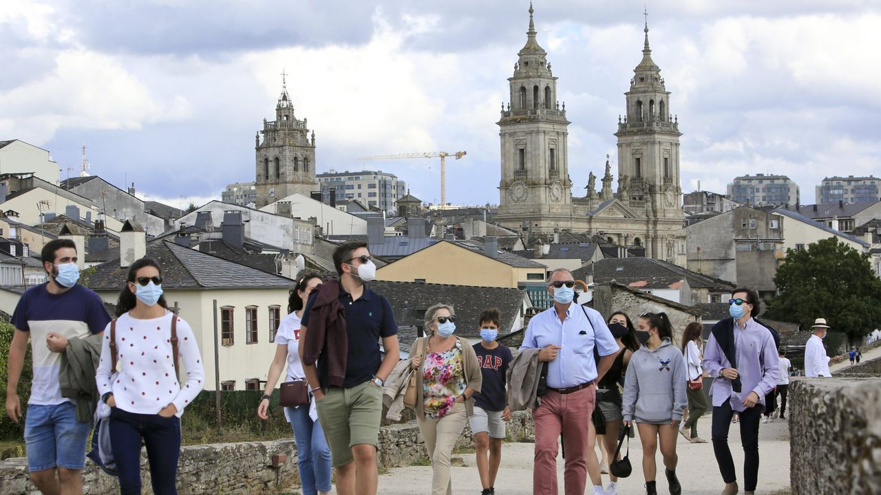 Turistas paseando el pasado 15 de agosto del 2020 por el adarve de la Muralla de Lugo