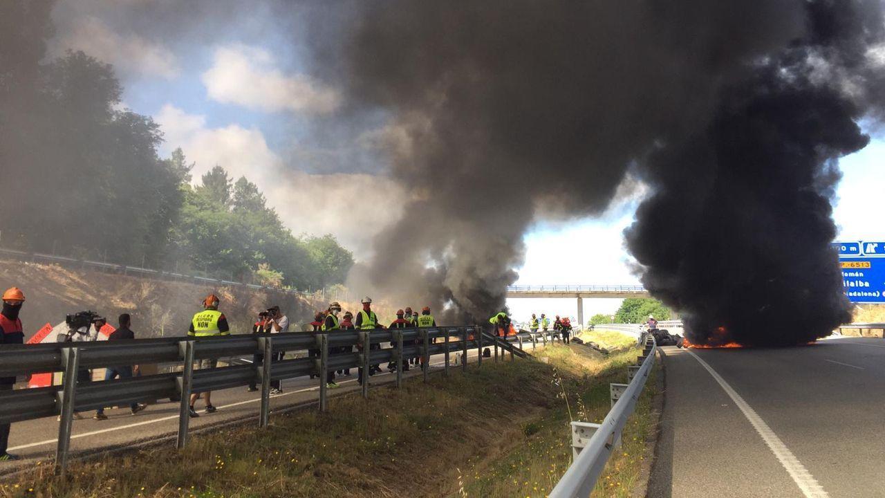El bloqueo de la A-8, en Vilalba, a las once de esta mañana