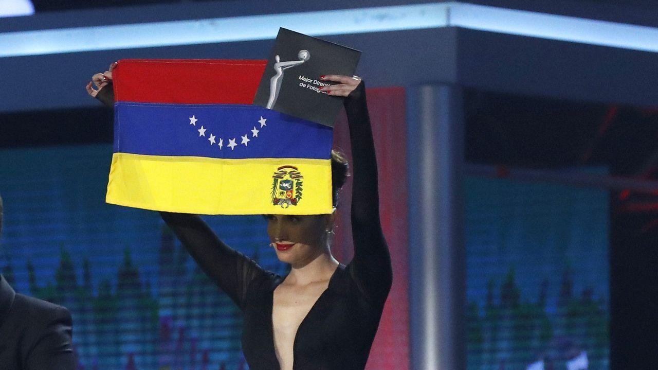 La actriz, directora y escritora venezolana Pakriti Maduro mostrando una bandera de su país al revés a modo de protesta