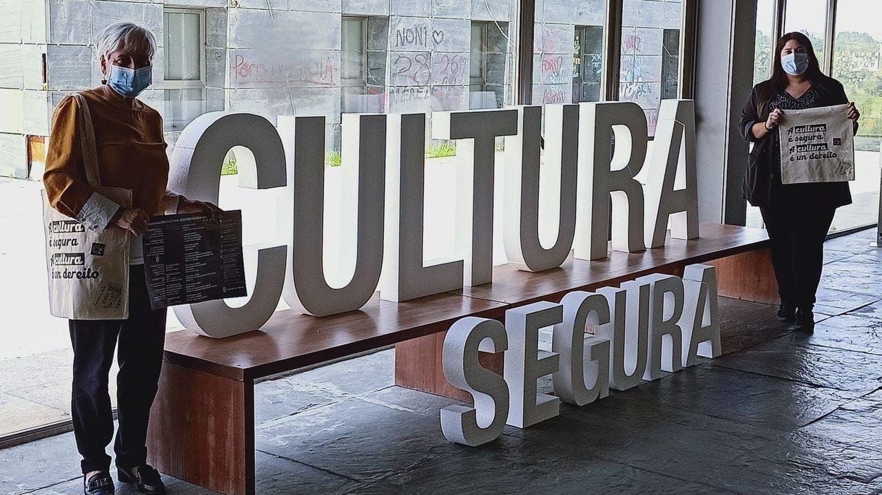 Elba Veleiro y Vanesa Siso, de izquierda a derecha, presentaron la programación cultural de Vilalba en el Auditorio