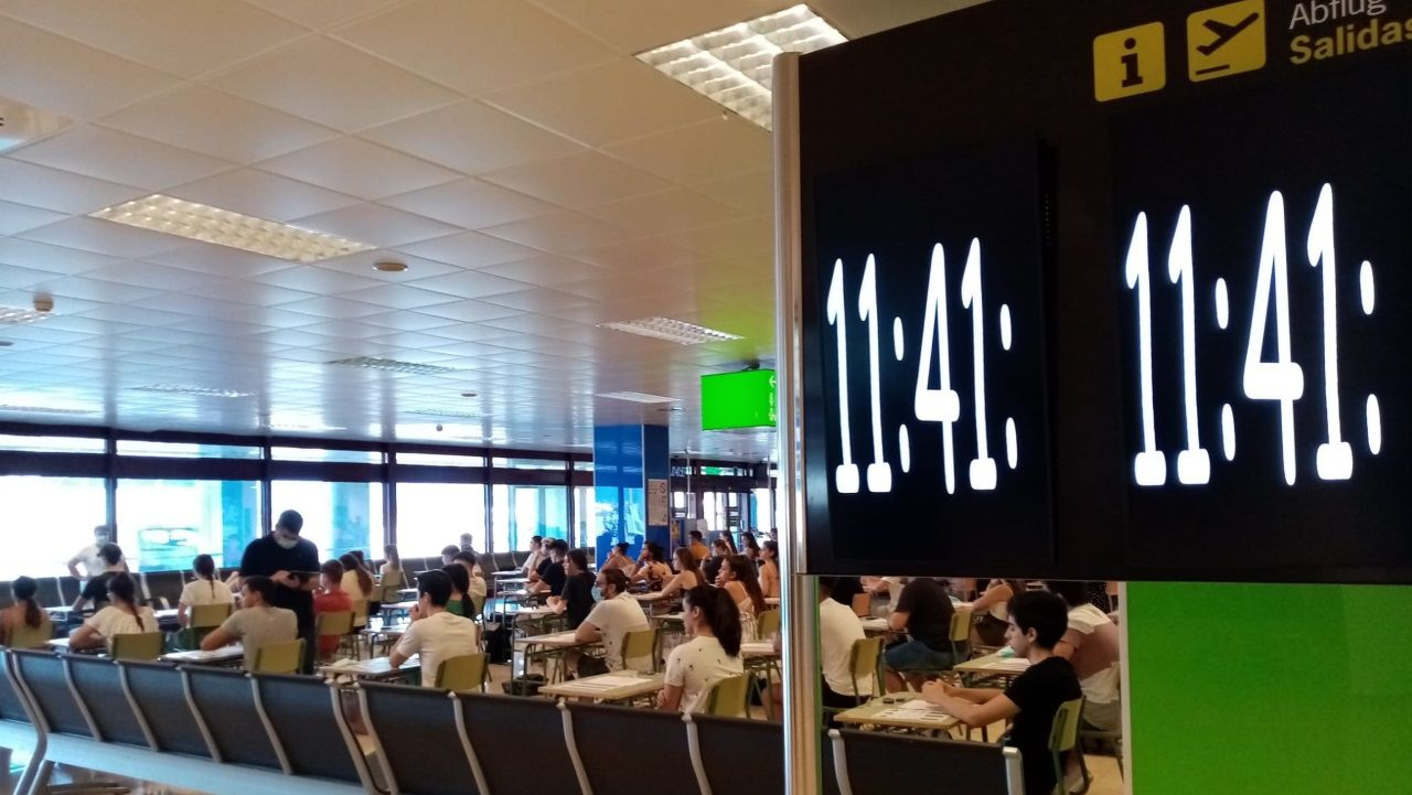 Alumnos de las Islas Baleares examinándose en el aeropuerto de Palma de Mallorca