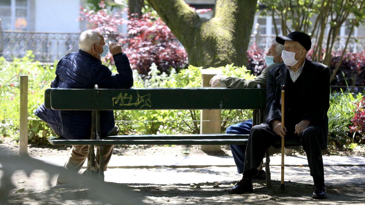 Tres personas mayores en la Alameda de Santiago