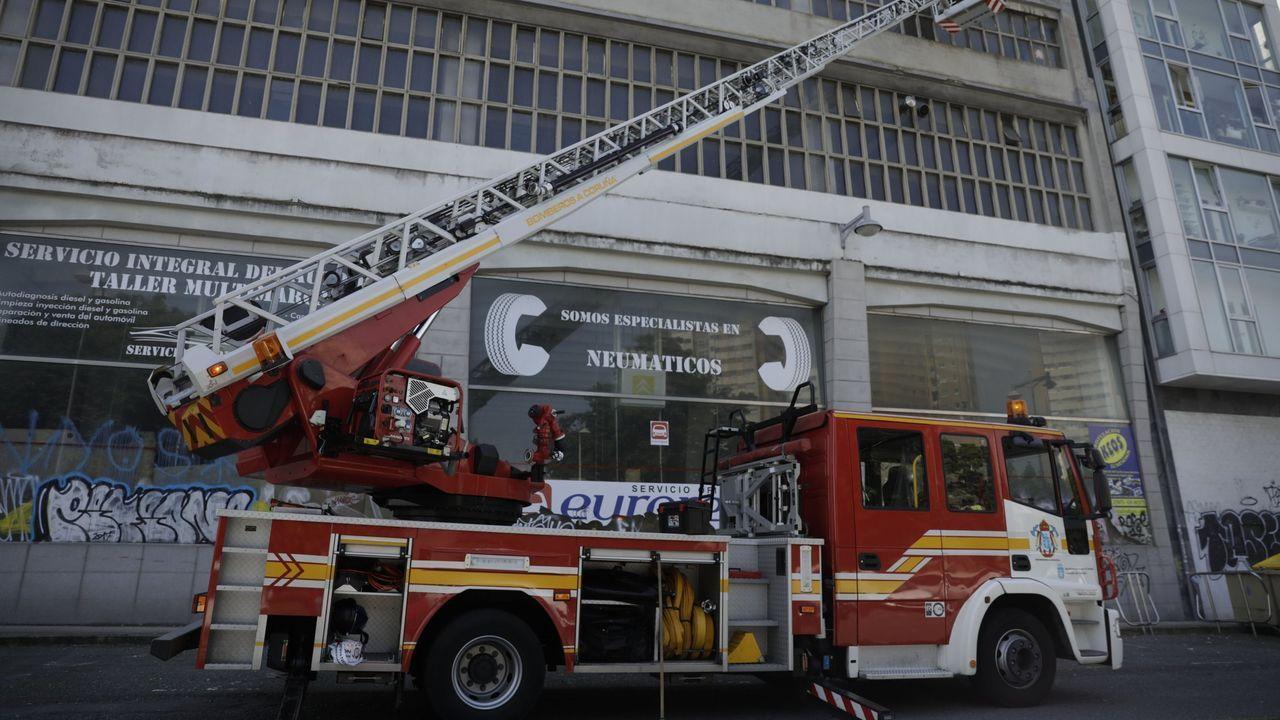 Revisan a flote la obra viva de un buque de 100 metros de eslora en el puerto de A Coruña.Imagen de archivo de una intervención de los bomberos