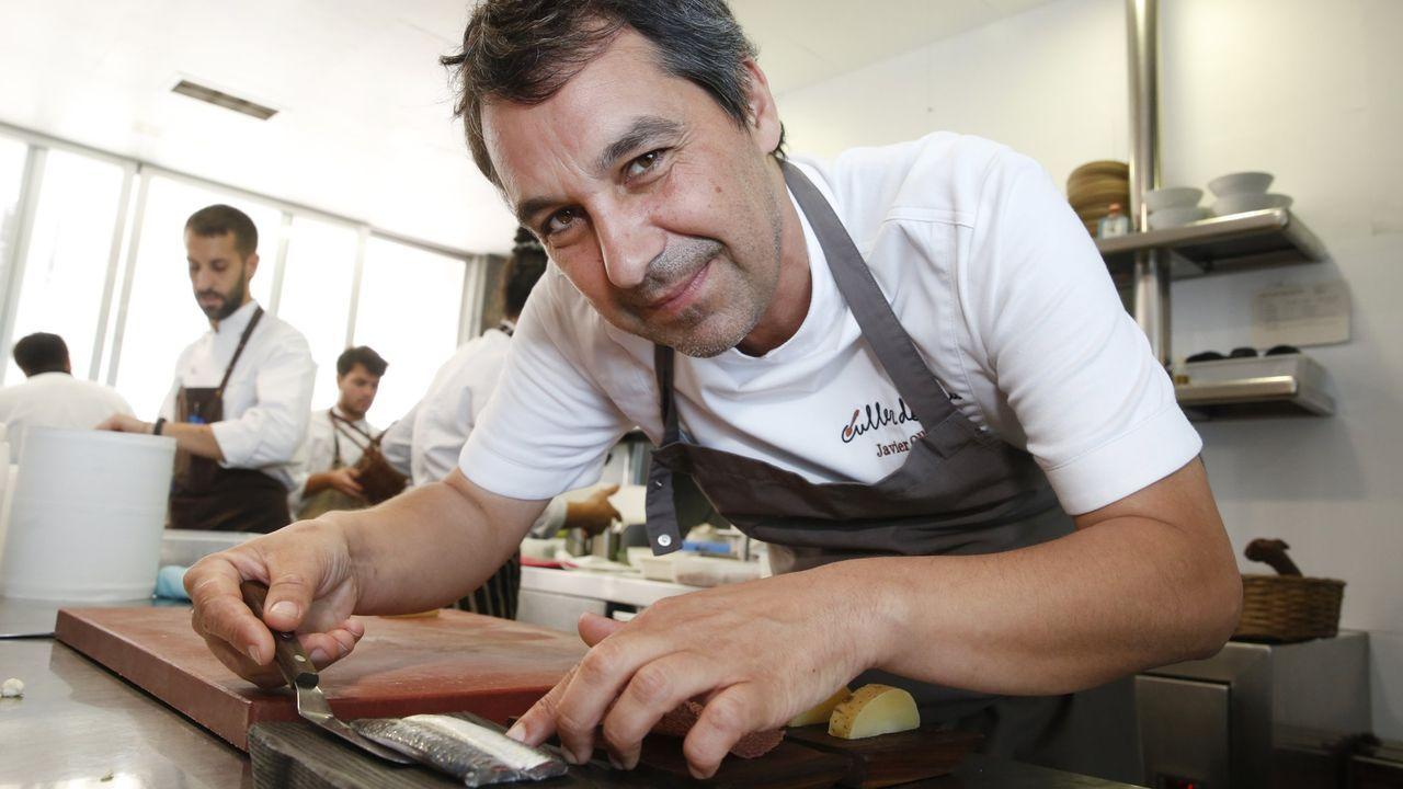 Carlos Taibo, de pie y de camisa negra, en el centro de la mesa de una quedada fotográfica que acogió el Pazo do Souto