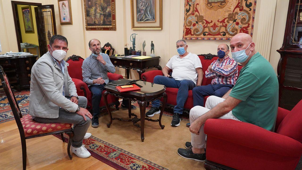 A la reunión con el alcalde de Ourense acudieron dos directivos del Codigalco Carmelitas y el entrenador del equipo de Primera Nacional