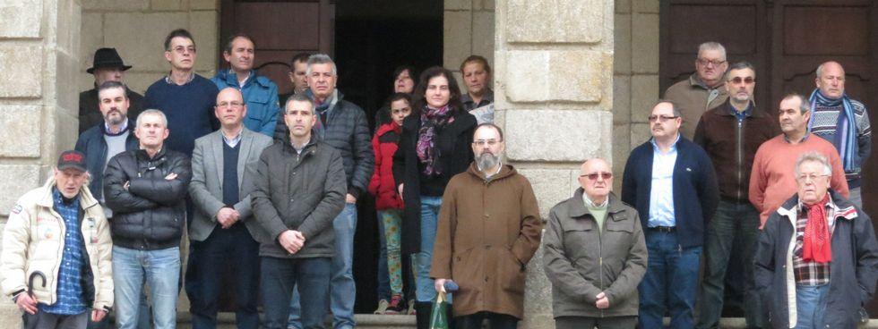 Vecinos, funcionarios y cargos públicos, ante el Concello ribadense.