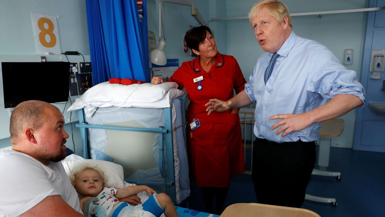 Boris Johnson, durante su visita al hospital Royal Cornwall en Truro