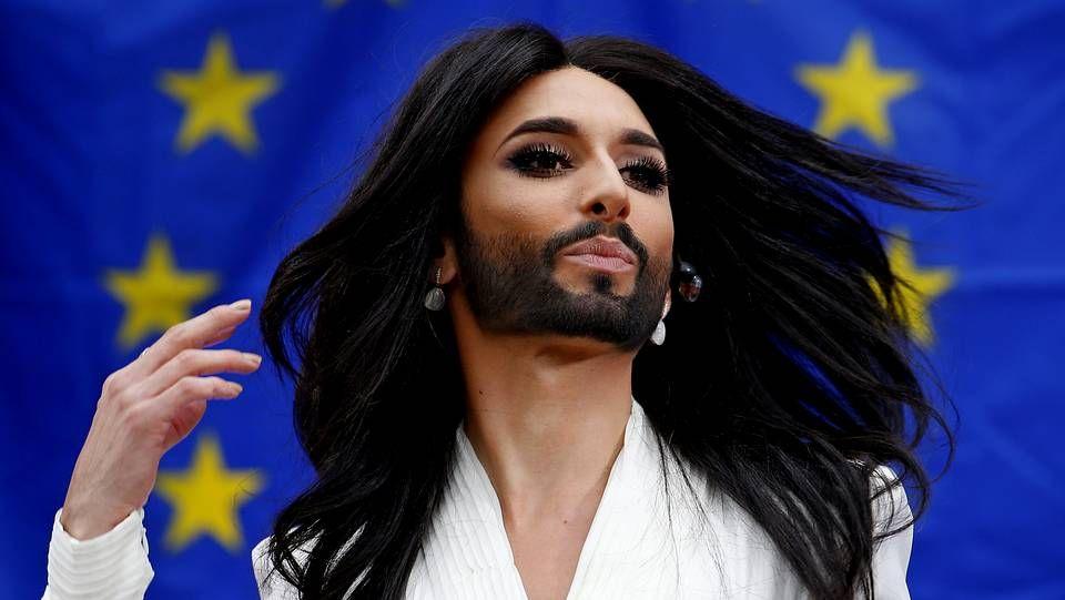 Conchita Wurst canta en el Parlamento europeo.Placa dedicada a un agente de la red de espías Cohors-Asturies en los jardines de Villandry (Francia)