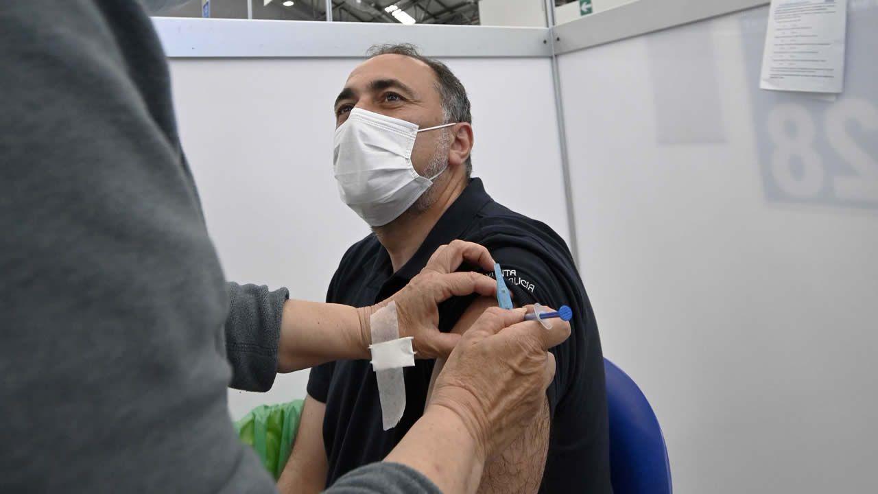 El conselleiro de Sanidade, Julio García Comesaña, recibió este sábado la primera dosis de Pfizer en el Ifevi