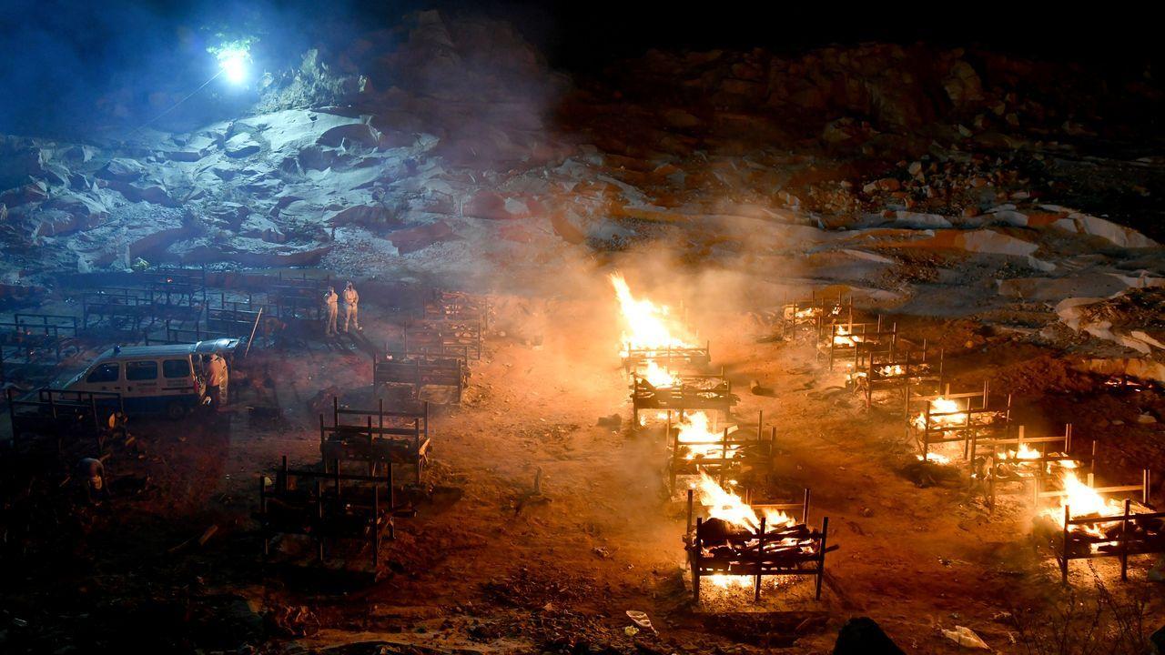 Catástrofe sanitaria en la India.Piras funerarias para incinerar a enfermos de coronavirus en la India
