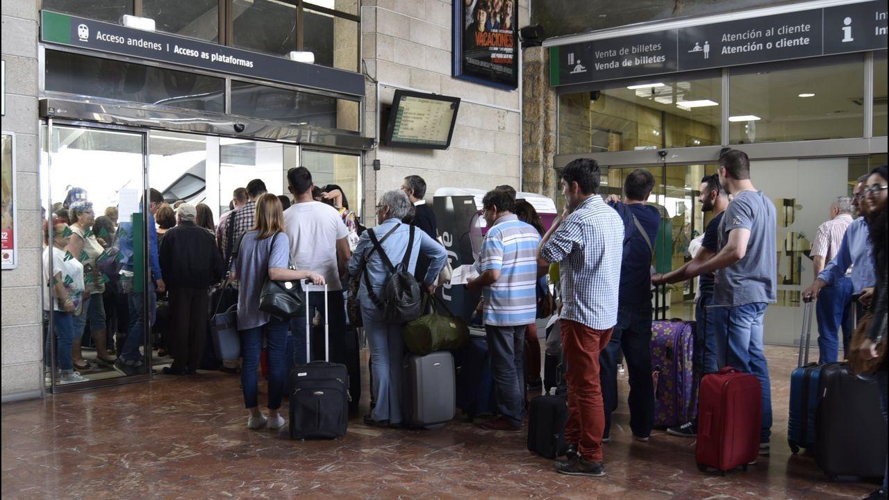 Silvia Pérez en el aeropuerto de Lavacolla con la máquina de diálisis que no le permitieron meter en cabina por la mañana