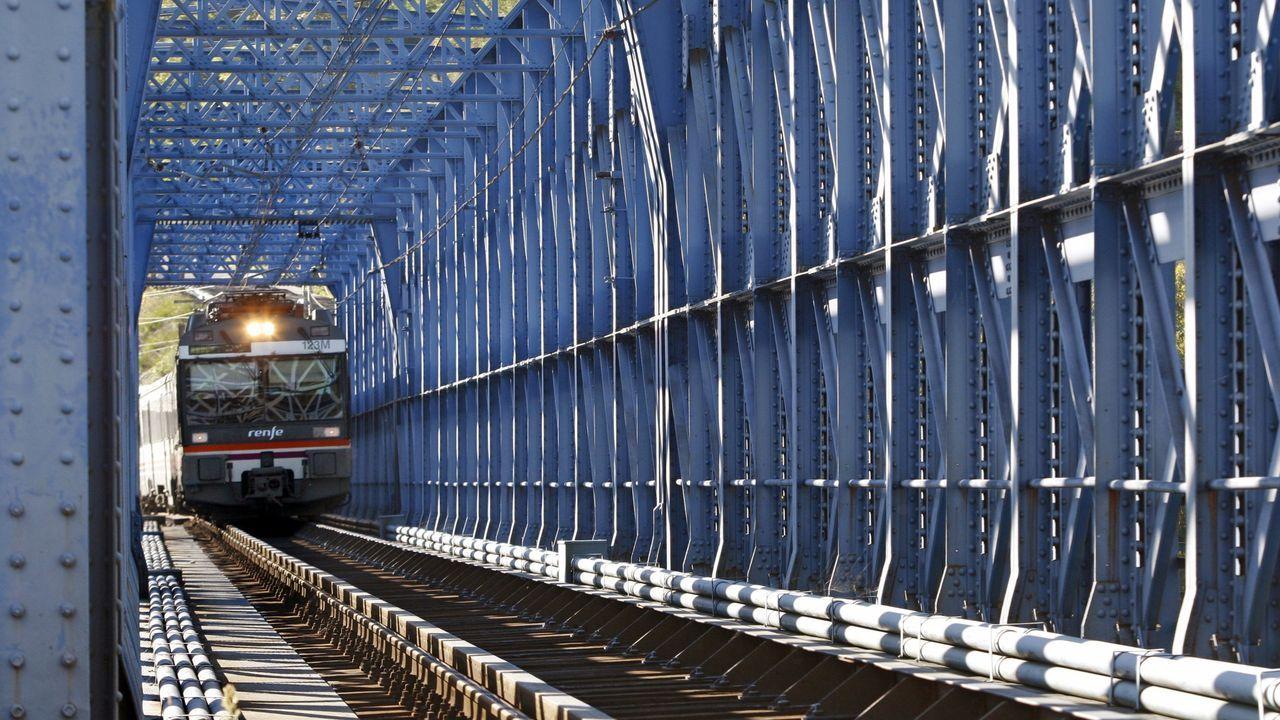 Tren regional pasando por el viaducto de Os Peares