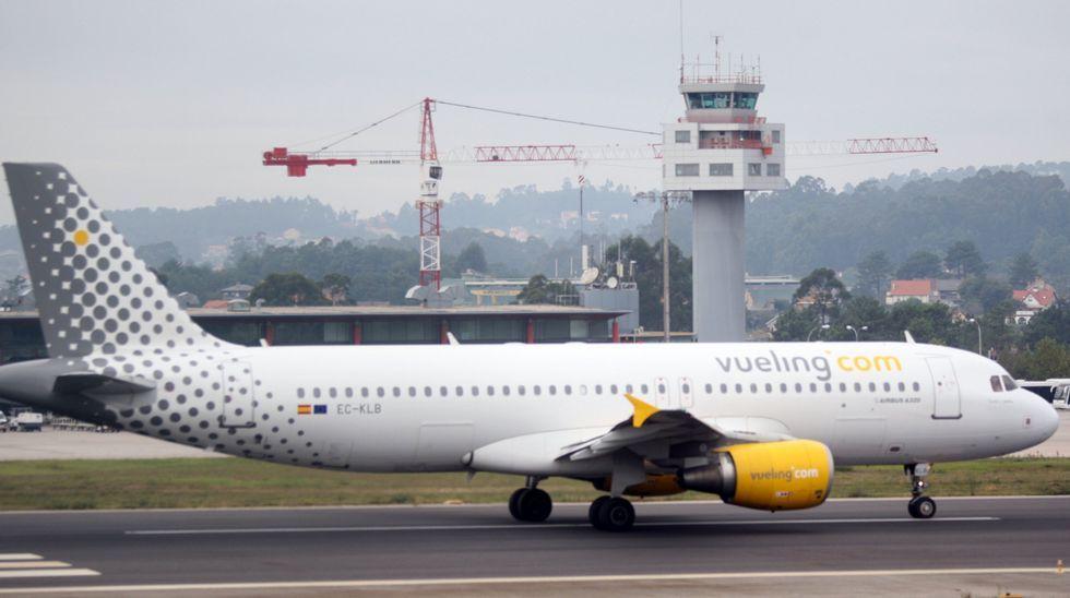 Trabajadores de Air France agreden a los directivos de la compañía por el anuncio de los 2.900 despidos.Xavier Broseta, sin camisa, intenta saltar una valla para huir del lugar