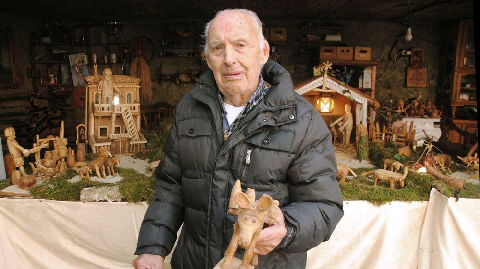 Ruperto Álvarez, fronte ao belén feito por el mesmo na súa casa en Vilaescura