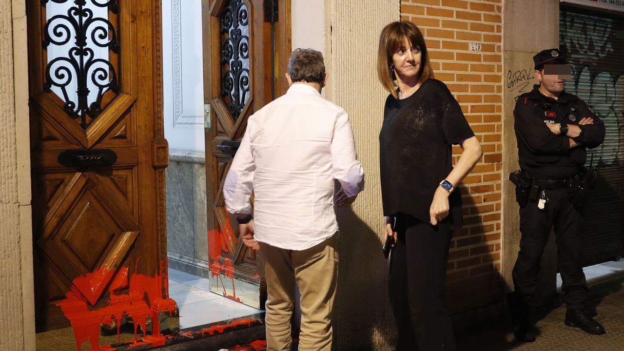 Mendia, ante su domicilio tras el ataque con pinturas y octavillas