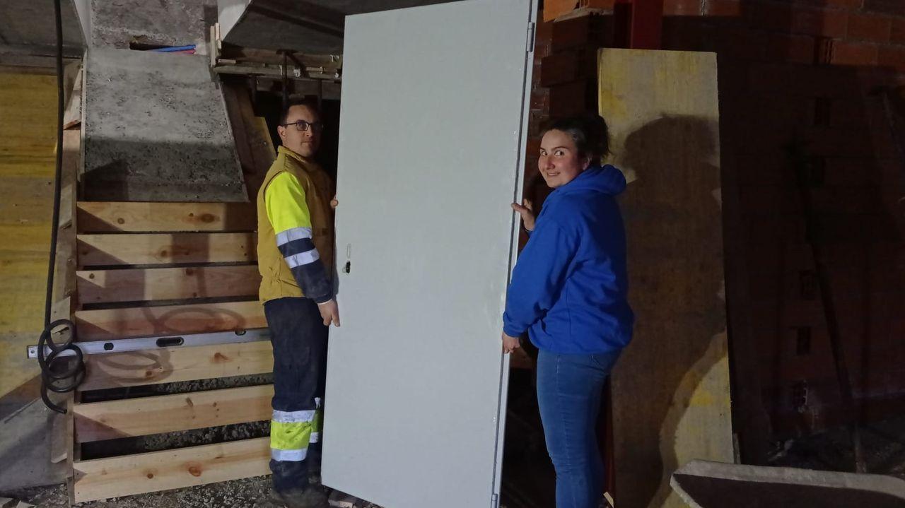 Yolanda Cela y su  marido en las obras de su futura fábrica