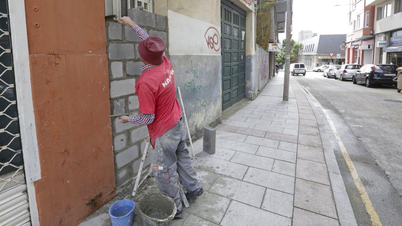 TAPIAS CONTRA LOS OKUPAS Un obrero tapiaba este verano la puerta de una casa en A Coruña para evitar la entrada de okupas