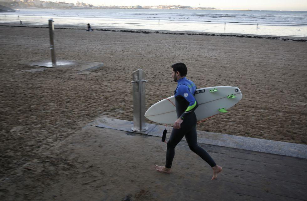 Algas y residuos volvieron a la playa de Bastiagueiro con la subida de la marea.