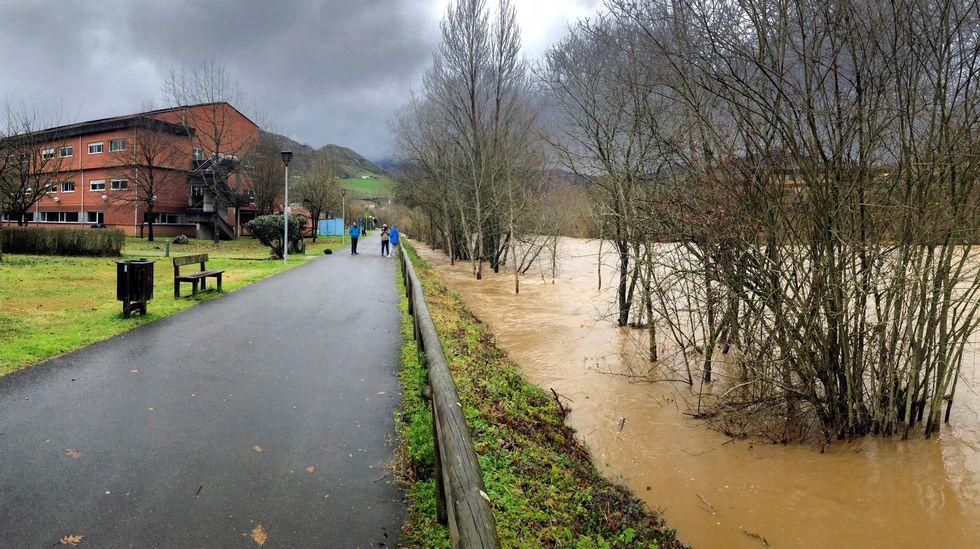 Inundaciones en Oviedo.Aspecto Del Río Piloña a su paso por el hospital de Arriondas, en alerta por inundaciones, que está siendo desalojado