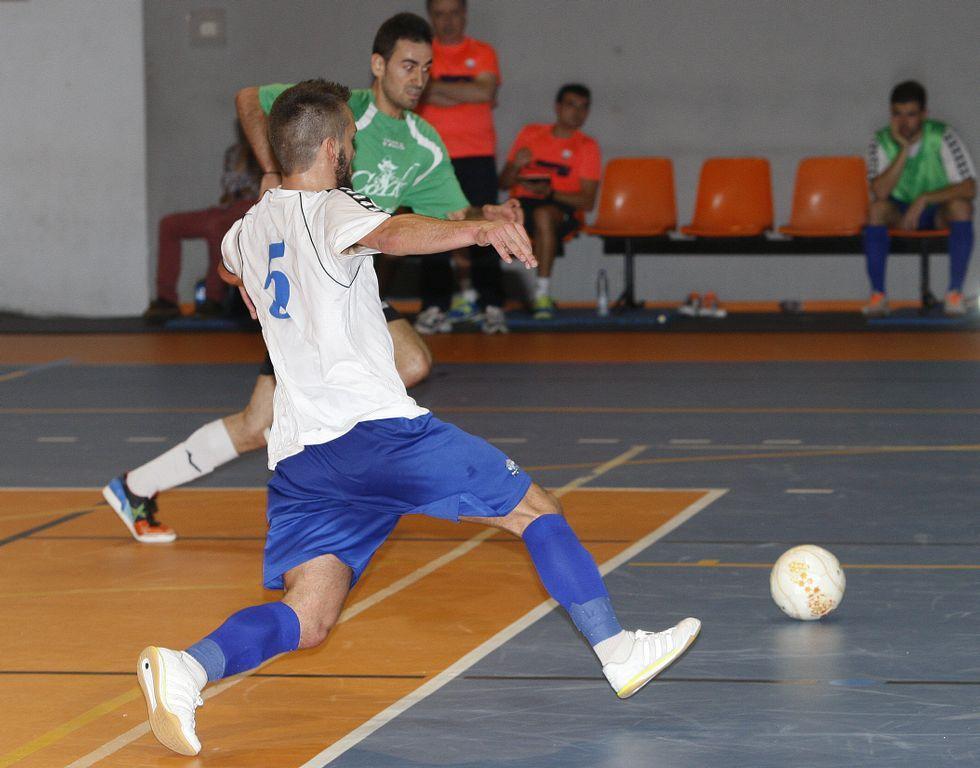Diego Núñez avanza a por un balón durante el duelo.
