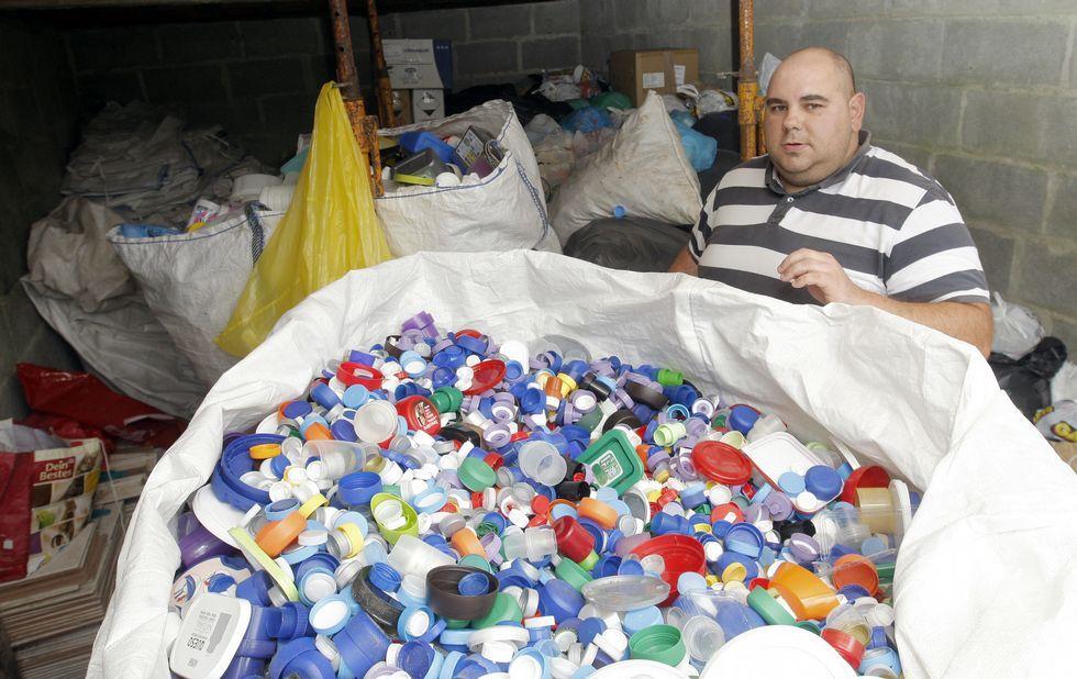 Los plásticos se almacenan en una nave hasta su partida hacia la recicladora de Narón.