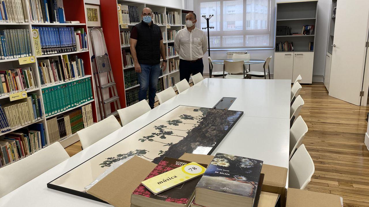 caritas.El alcalde, José Ramón Rioboo, a la derecha, visitó ayer las instalaciones de la biblioteca de O Burgo.