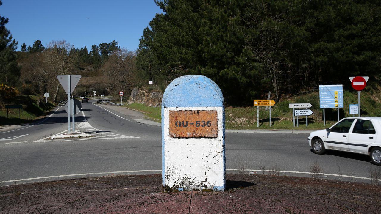 Hito kilométrico utilizado de forma decorativa en una rotonda, en Póboa de Trives