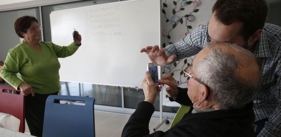 Smartwatches y ordenadores, estrellas en el salón IFA de Berlín.Los mayores que asisten a las jornadas organizadas por A Laxe se enfrentan, por primera vez, a un teléfono de última generación.