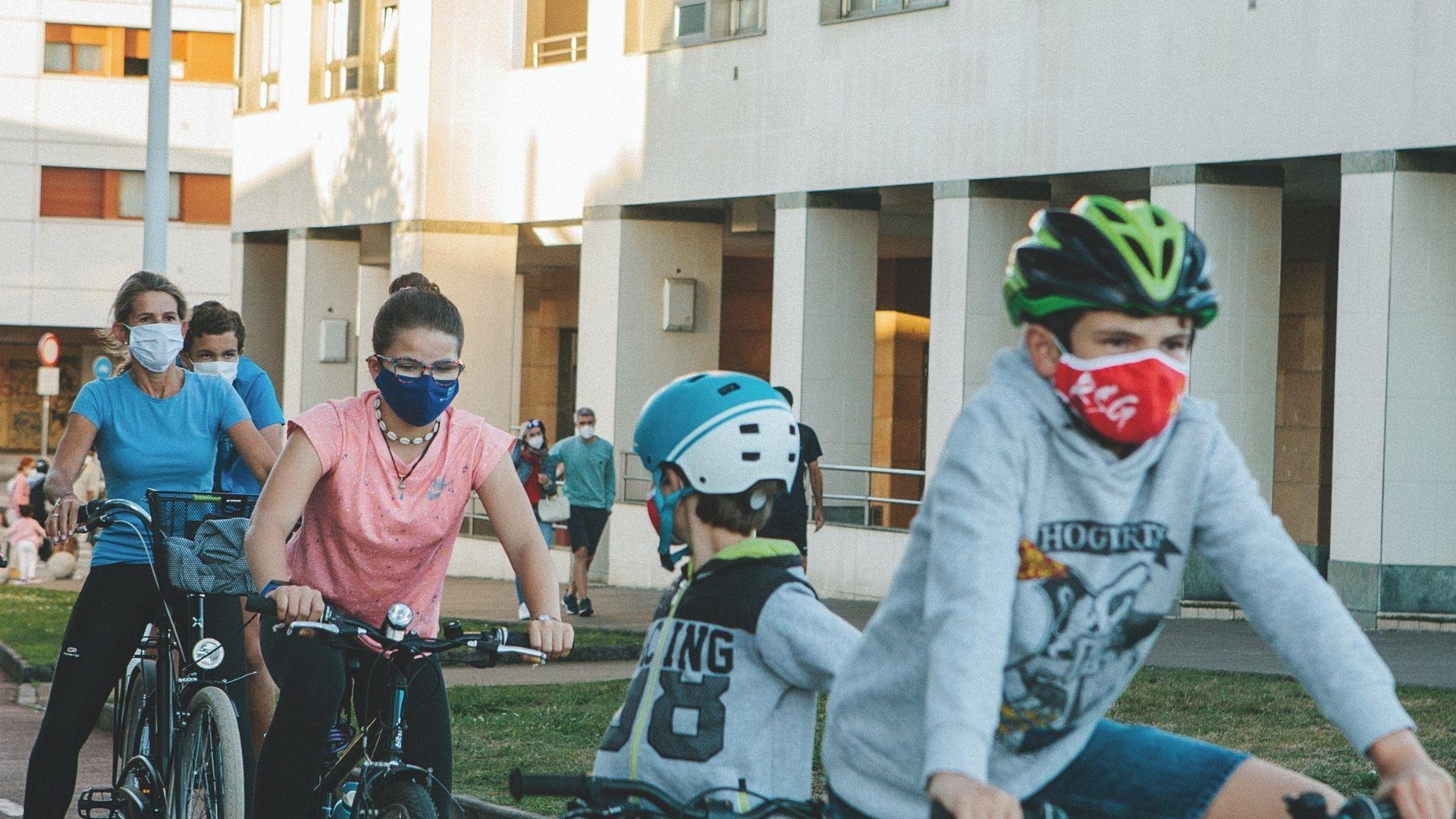 Ciclistas en el carril bici de Poniente