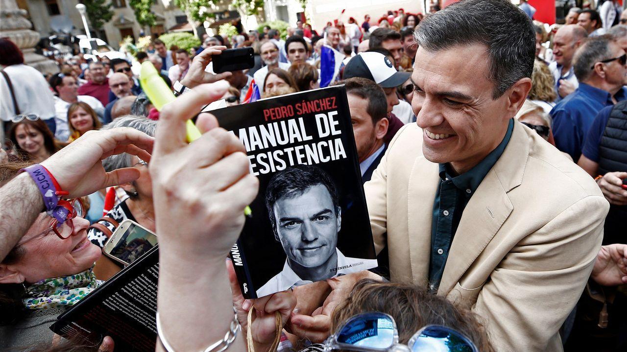 Leonor: «Llevo a Cataluña en el corazón».Pedro Sánchez firma un ejemplar de su libro tras el acto político celebrado en la tarde del miércoles en Pamplona