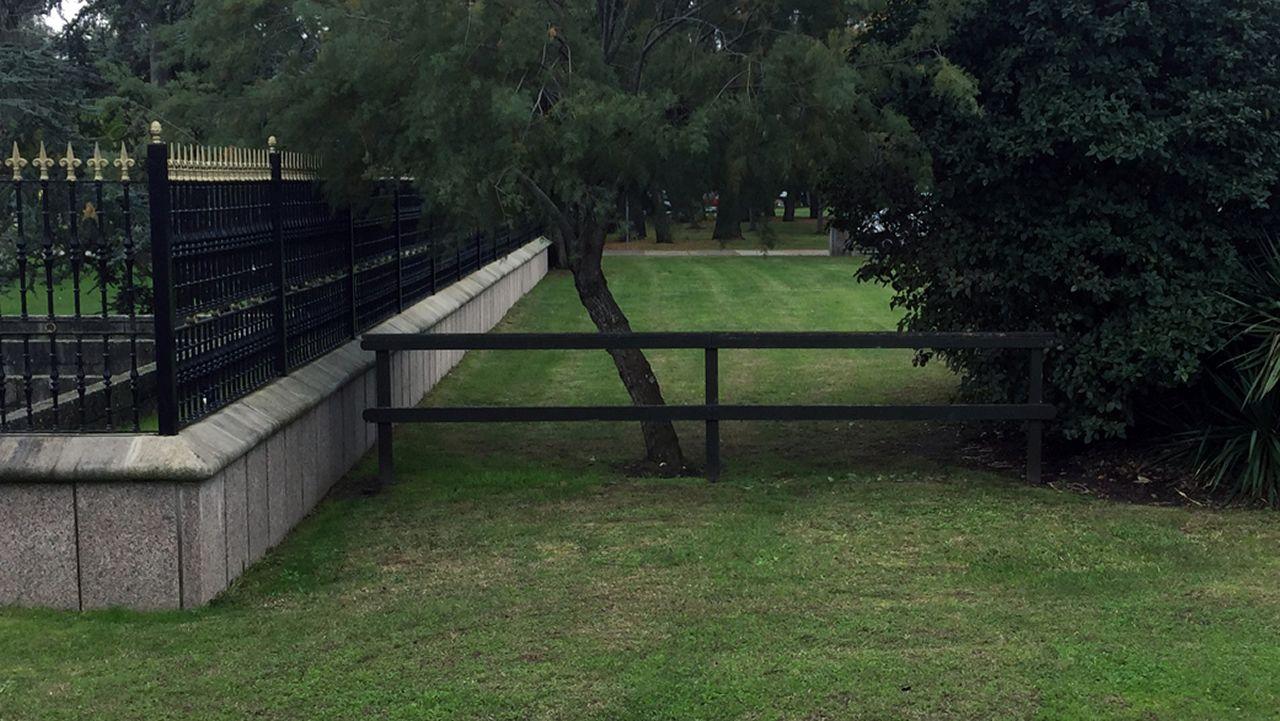 Esta sencilla valla de madera fue colocada por el ayuntamiento de Oleiros para evitar que la gente siguiese accediendo de una manera alternativa al parque José Martí desde el paseo marítimo de Santa Cristina