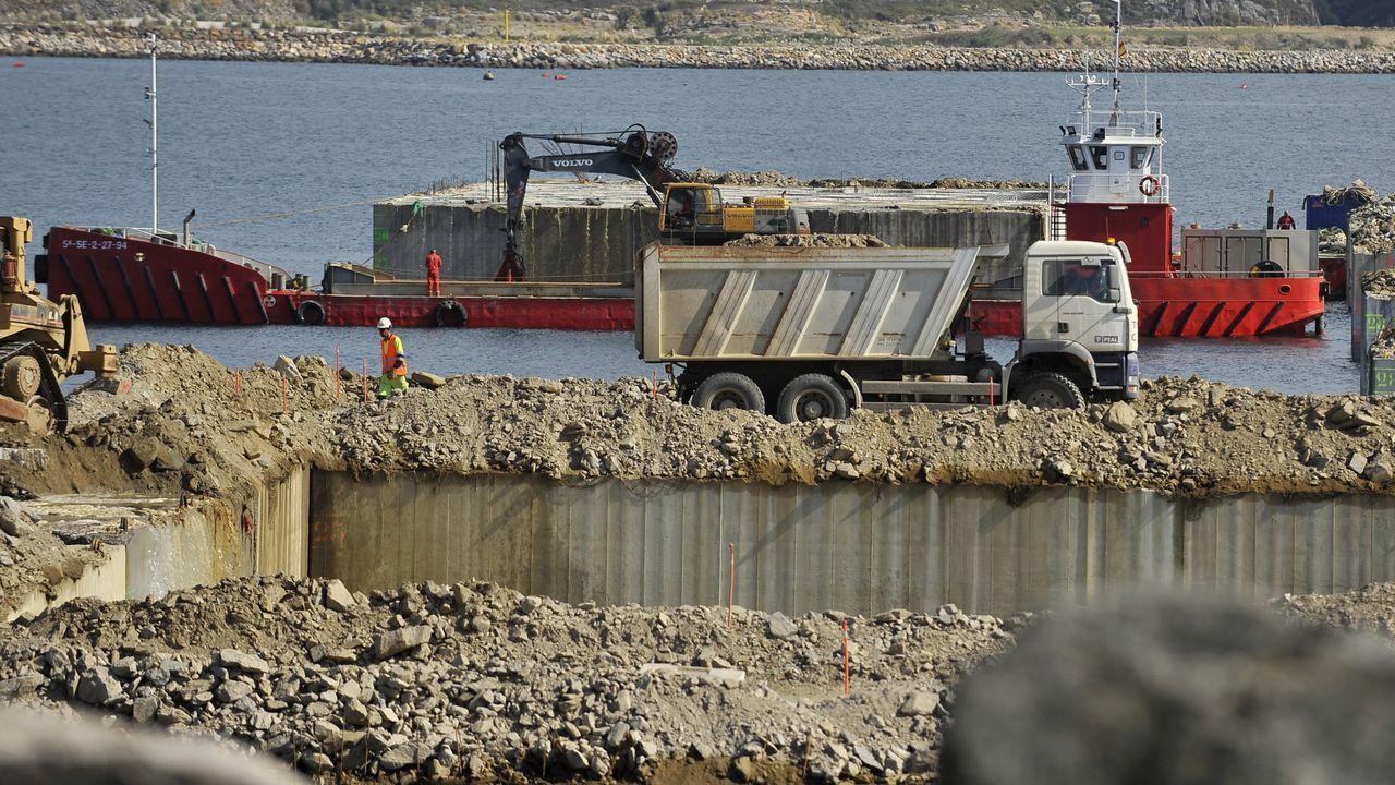 Tráfico intenso en el puerto de Vilagarcía.Obras nuevo dique petrolero de Repsol en el puerto exterior.