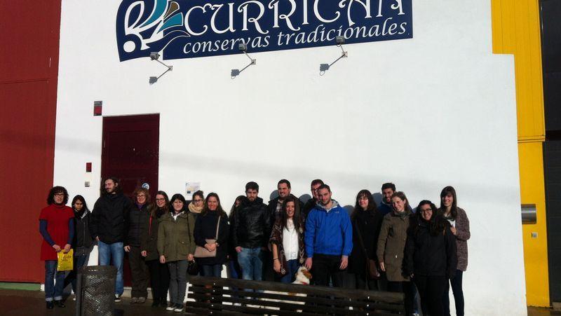 El turismo que se salió de vía en Mondoñedo recorrió un trecho, rozando un frutal en su marcha.