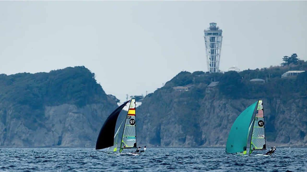 Las grandes estrellas de los próximos Juegos Olímpicos de Tokio.El 49er de Iago López y Diego Botín, hace unos días en Enoshima