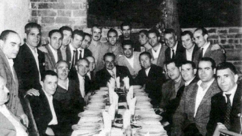 La foto es de una cena de la directiva del Lemos en este local de la Compañía. Entre otros, aparecen Toniño Rodríguez —hermano del autor de la crónica—, Julio Tabales, Emilio Cuesta y los propietarios de la zapatería Chotán y de la barbería Marrón