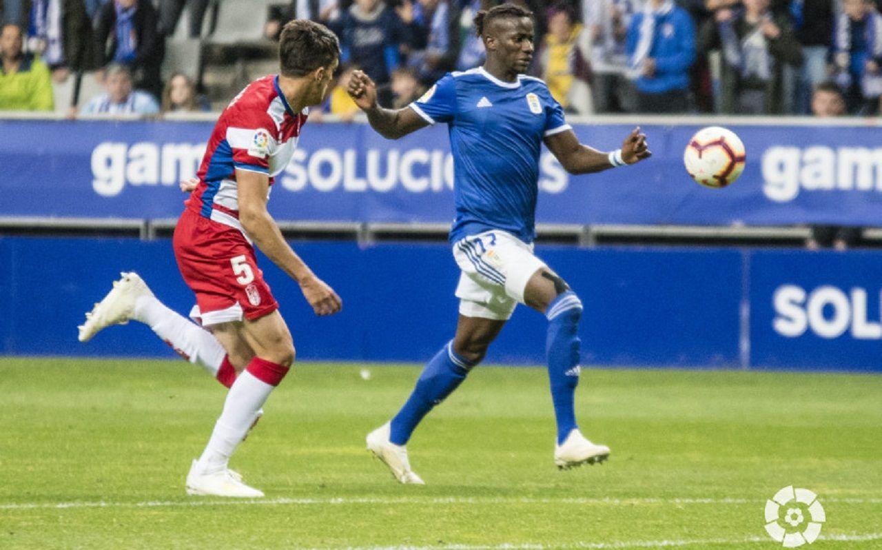 Gol Ibra Martínez Real Oviedo Granada Carlos Tartiere.Ibra remata para hacer el 1-1 ante la mirada de Martínez
