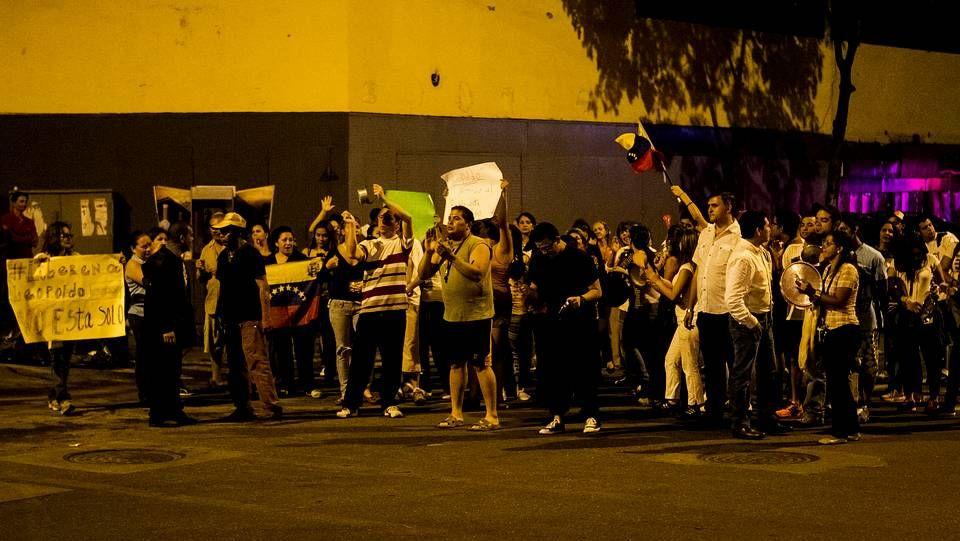 Seguidores del opositor encarcelado Leopoldo López resisten los cañones de agua de la Guardia Nacional en Caracas.