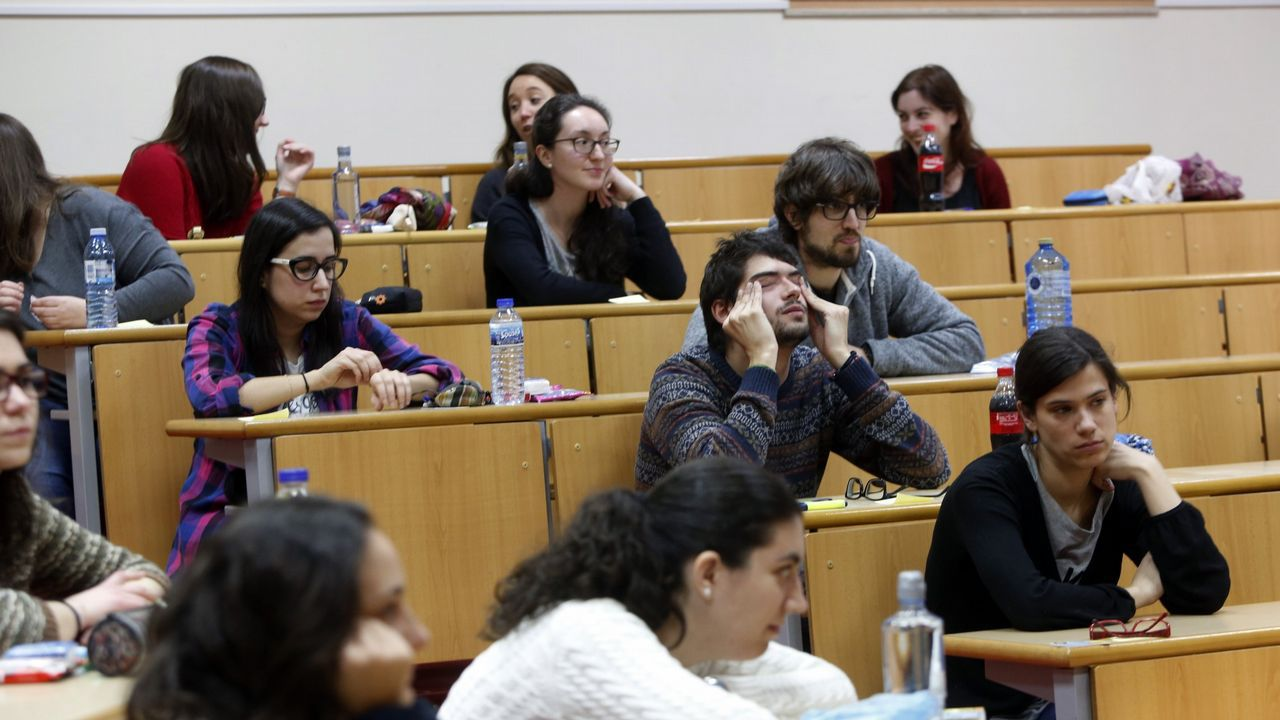 Así se vivió el MIR 2019 en Oviedo.Estudiantes ojeando el listado de aulas en el examen MIR en Oviedo
