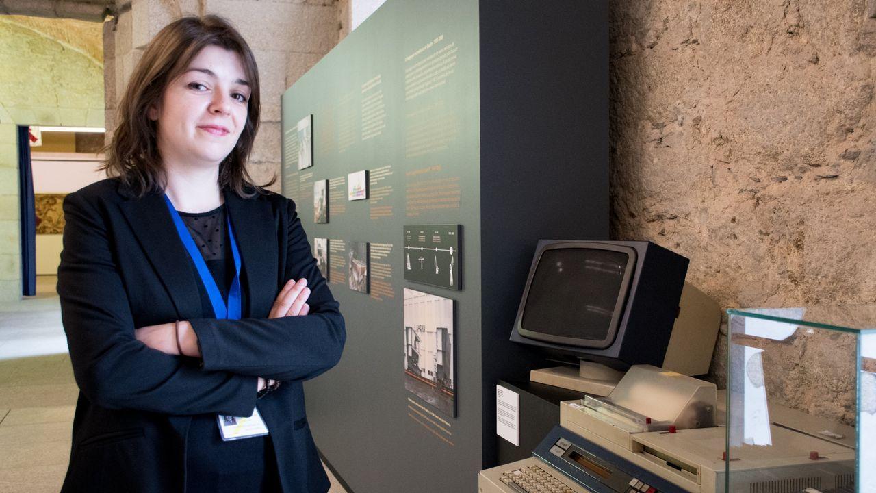 La historiadora Lorena Cuevas, junto al primer ordenador que llegó al astillero ferrolanos a finales de los años setenta