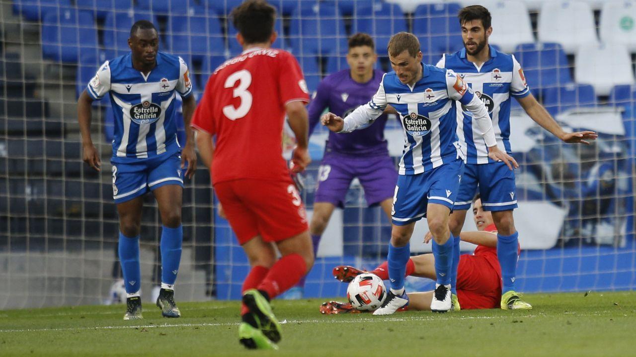 Bergantiños trata de sacar el balón desde la defensa durante el partido ante el Marino de Luanco