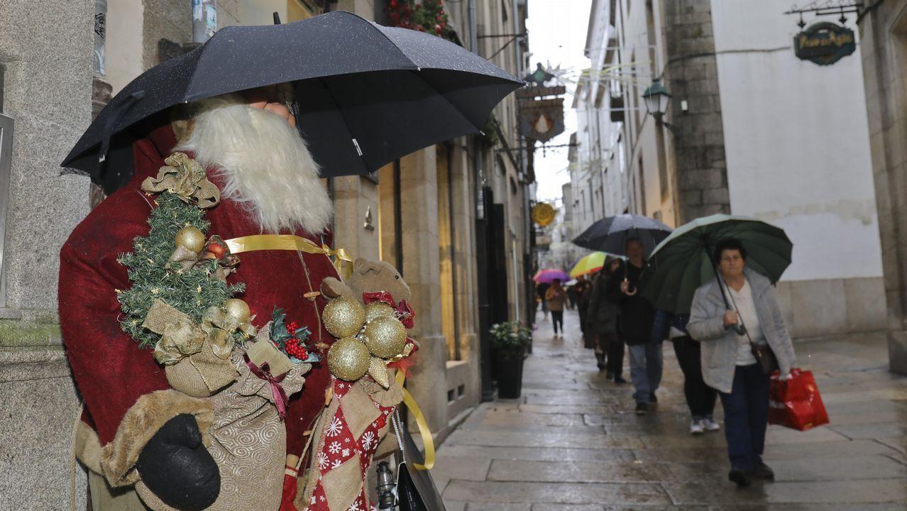 La predicción del tiempo para las próximas horas.El temporal marítimo congregó a multitud de vecinos en el Muro de San Lorenzo, en Gijón