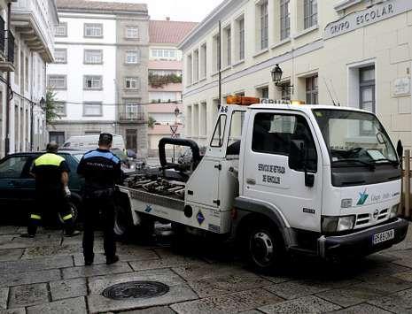 Una grúa del grupo Vendex retirando un coche días atrás en la Ciudad Vieja.